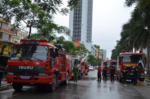 HN: Cháy quán karaoke, nhân viên bỏ chạy náo loạn - 3