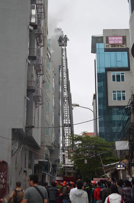 HN: Cháy quán karaoke, nhân viên bỏ chạy náo loạn - 4