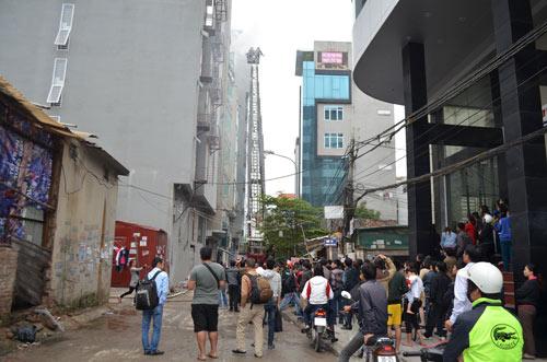 HN: Cháy quán karaoke, nhân viên bỏ chạy náo loạn - 6