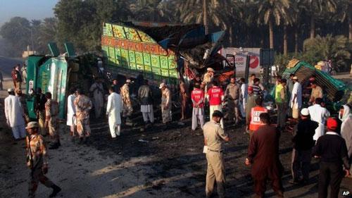 Pakistan: Xe buýt đâm xe tải, 56 người thiệt mạng - 1