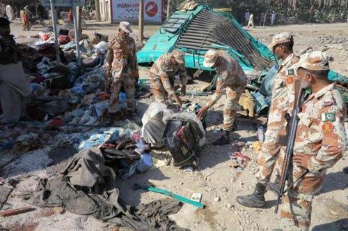 Pakistan: Xe buýt đâm xe tải, 56 người thiệt mạng - 2