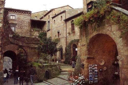 Ghé thăm ngôi làng cổ nằm cheo leo trên vách đá - 9