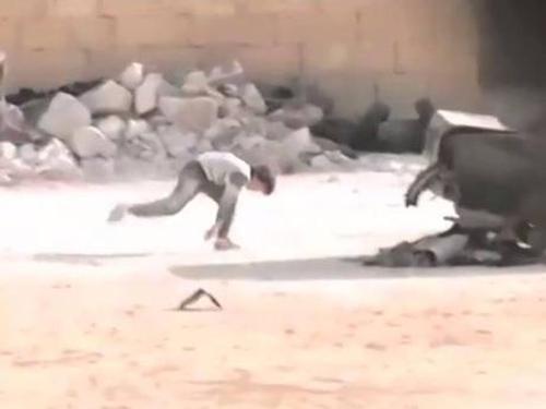 Cậu bé Syria giả chết cứu em trong làn đạn bắn tỉa - 1