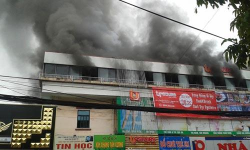 Cháy nhà hàng liền kề trường học, sơ tán HS khẩn cấp - 1