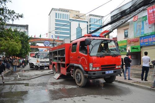Cháy nhà hàng liền kề trường học, sơ tán HS khẩn cấp - 4