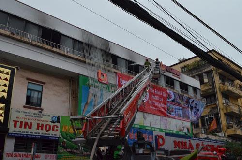 Cháy nhà hàng liền kề trường học, sơ tán HS khẩn cấp - 5