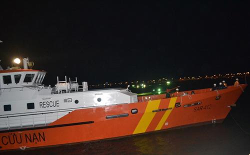 Lai dắt tàu cá gặp nạn ở vùng biển hoàng sa về đất liền
