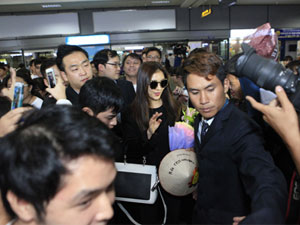 """""""Hoàng hậu"""" Ha Ji Won được fan vây kín sân bay Nội Bài"""