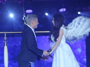 Ngô Kiến Huy bay cùng bạn gái trên sân khấu