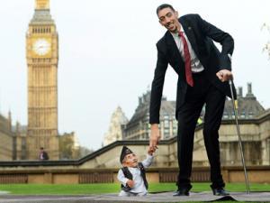 Ảnh ấn tượng: Người lùn nhất và người cao nhất TG gặp nhau