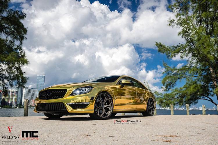 Với một loạt các lựa chọn màu sắc, vỏ bọc ô tô bằng vinyl có thể biến khá nhiều cỗ máy bình thường trở nên cực kỳ hào nhoáng. Mercedes CLS 63 AMG của MC Customs là một ví dụ.