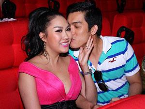 Vợ chồng Phi Thanh Vân tình tứ trong rạp chiếu phim