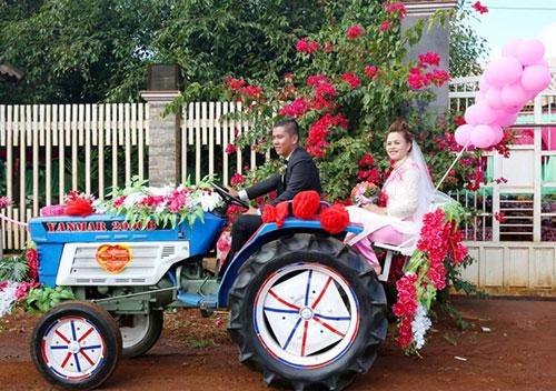 Màn rước dâu bằng công nông của cặp đôi 12 năm yêu nhau