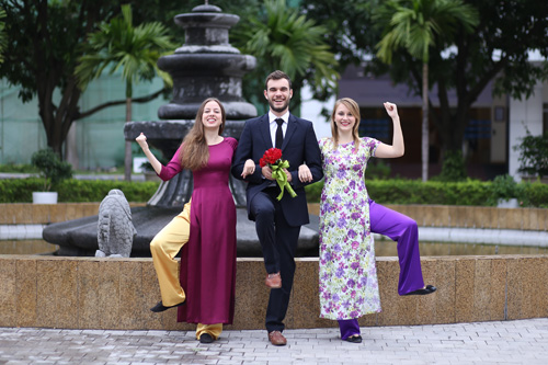 Nữ sinh nước ngoài háo hức diện áo dài chụp ảnh kỷ yếu