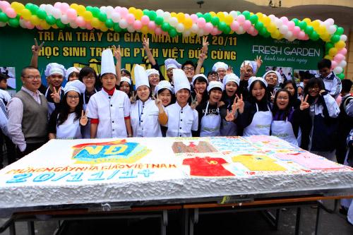 Học sinh làm bánh ga tô kỷ lục tặng thầy cô giáo ngày 20/11