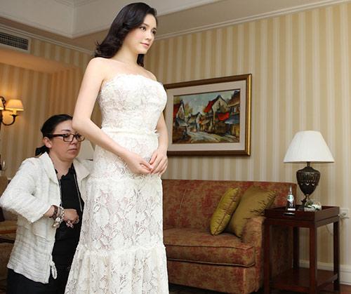 """""""Toát mồ hôi"""" vì giá váy áo siêu đắt đỏ của sao Việt - 4"""
