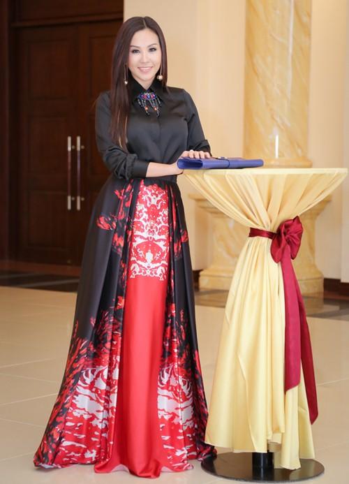 """""""Toát mồ hôi"""" vì giá váy áo siêu đắt đỏ của sao Việt - 12"""