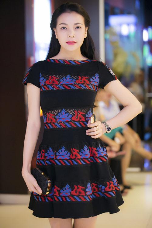 """""""Toát mồ hôi"""" vì giá váy áo siêu đắt đỏ của sao Việt - 5"""