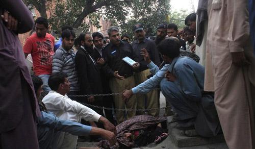 Pakistan: Tử hình bố ném đá con gái đến chết - 2