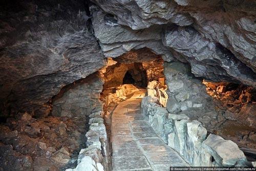 """Những viên """"kim cương"""" khổng lồ trong hang động ở Nga - 1"""
