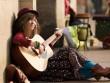Đông Lan ngồi vỉa hè, nghêu ngao hát tại Pháp