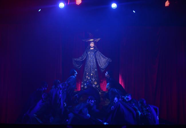 Ngay từ những giây phút mở màn Live concert kỷ niệm 10 năm ca hát, Hà Hồ đã khiến người xem 'choáng' khi xuất hiện với hình ảnh ma mị, đầy tăm tối của người phụ nữ sau khi phát hiện người tình vụng trộm bên ngoài. Đây cũng là màn tự sự đặc biệt do nữ ca sỹ kể về chuyện tình của chính mình và Quốc Cường trong phần Broadway nhạc kịch kéo dài gần 40 phút tối qua.