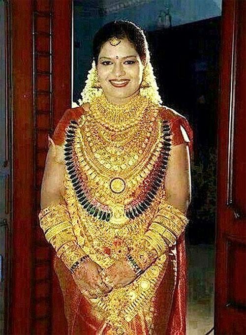 Cô dâu Ấn Độ đeo hàng yến vàng trên người - 1