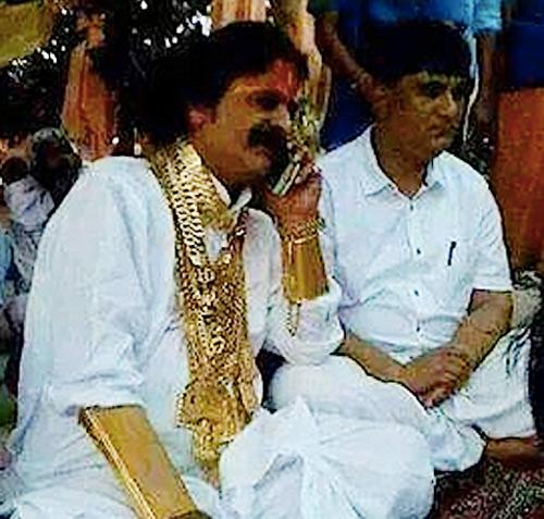 Cô dâu Ấn Độ đeo hàng yến vàng trên người - 2