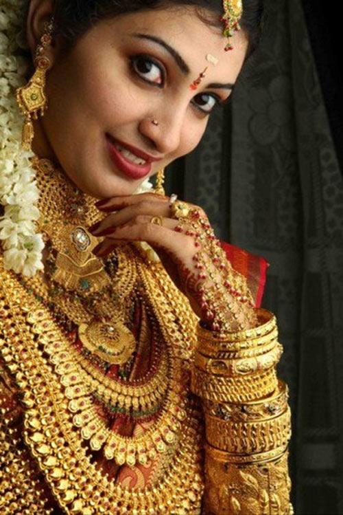 Cô dâu Ấn Độ đeo hàng yến vàng trên người - 4