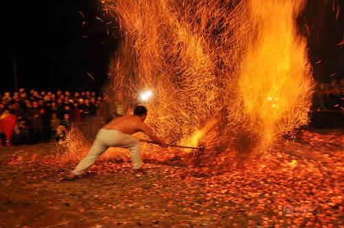 Phi thường cảnh người đi chân trần trên than lửa - 1