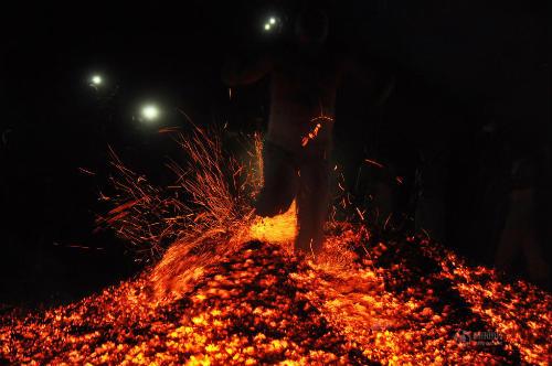 Phi thường cảnh người đi chân trần trên than lửa - 5