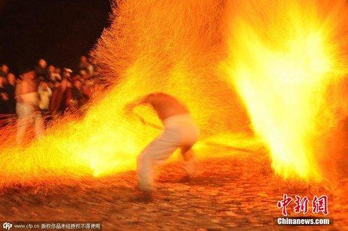 Phi thường cảnh người đi chân trần trên than lửa - 6