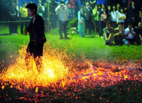 Phi thường cảnh người đi chân trần trên than lửa - 8