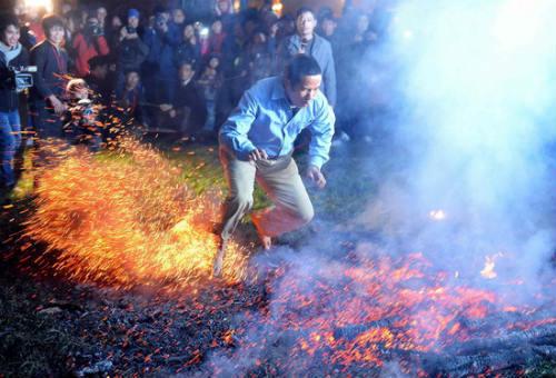 Phi thường cảnh người đi chân trần trên than lửa - 9