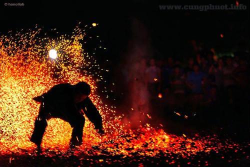 Phi thường cảnh người đi chân trần trên than lửa - 7