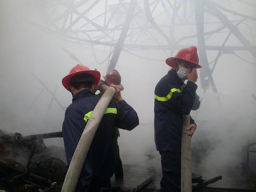 HN: Cháy lớn tại kho chứa gỗ trên phố Pháo Đài Láng - 1