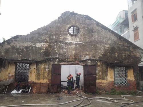 HN: Cháy lớn tại kho chứa gỗ trên phố Pháo Đài Láng - 3