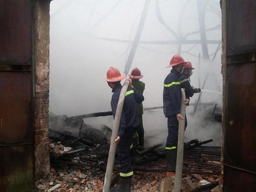 HN: Cháy lớn tại kho chứa gỗ trên phố Pháo Đài Láng - 4