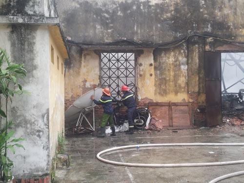 HN: Cháy lớn tại kho chứa gỗ trên phố Pháo Đài Láng - 6