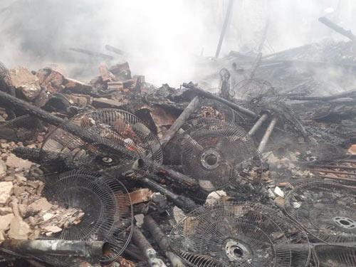 HN: Cháy lớn tại kho chứa gỗ trên phố Pháo Đài Láng - 7