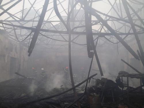 HN: Cháy lớn tại kho chứa gỗ trên phố Pháo Đài Láng - 9