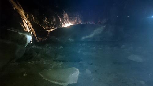 Khối đá khổng lồ rơi xuống đường, hàng trăm xe mắc kẹt - 1