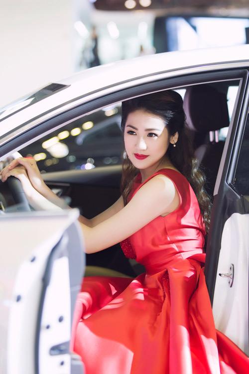 """Á hậu Tú Anh 1 ngày """"bay"""" 2 show lớn - 5"""