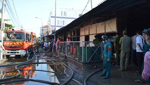 Nhà xưởng rộng hàng trăm m2 bốc cháy rừng rực vào sáng sớm - 1
