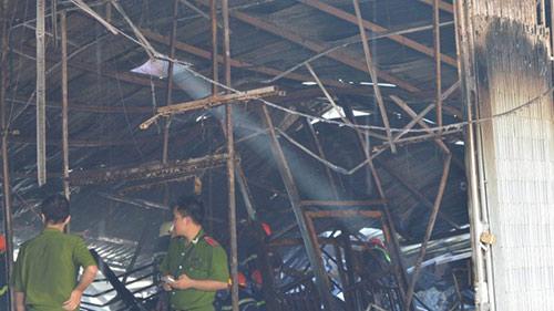 Nhà xưởng rộng hàng trăm m2 bốc cháy rừng rực vào sáng sớm - 3