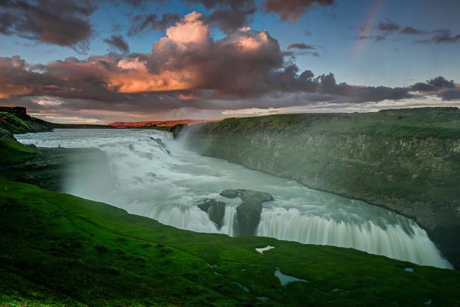 1. Thác Gullfoss, Iceland  Gullfoss hay còn gọi là thác nước Golden, là một trong những điểm đến hút khách nhất ở Iceland. Thác nước này là một phần của sông Hvita, có nguồn gốc từ hồ sông băng Hvitavatn, gần thành phố Reykjavik. Nếu chỉ nhìn từ xa, du khách sẽ chẳng có ấn tượng gì bởi hầu như thác nước đã bị che khuất bởi các vách đá lớn. Thế nhưng khi tới gần, khách du lịch sẽ không khỏi choán ngợp trước cảnh tượng hùng vĩ của dòng thác trắng xóa đổ ầm ầm ào ào xuống khe núi sâu.