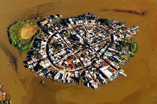 Ghé thăm ngôi làng trên hòn đảo nhân tạo ở Mexico - 1