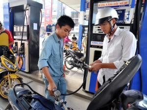 Giá xăng giảm kỷ lục 1.140 đồng/lít