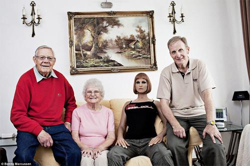 Những người đàn ông sống chung với búp bê - 9