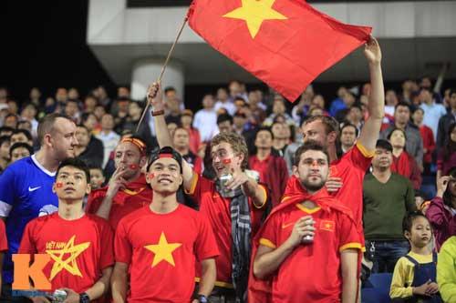 Sân Mỹ Đình: CĐV rực lửa cổ vũ tuyển Việt Nam - 2
